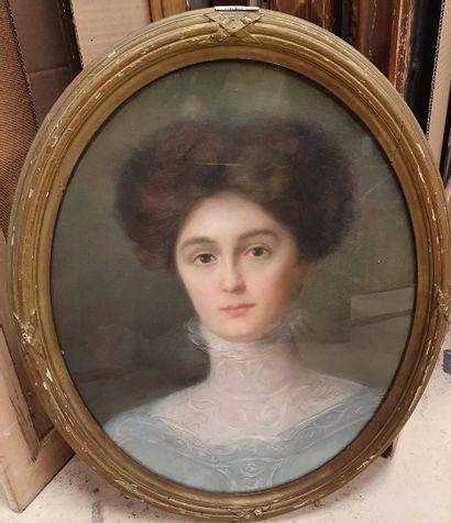 ECOLE XIXème siècle  Portrait de dame  Pastel...