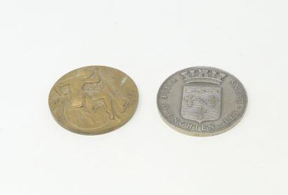 Lot de deux médailles dont une en argent...