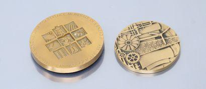 Deux médailles de table en bronze :  - d'ap....