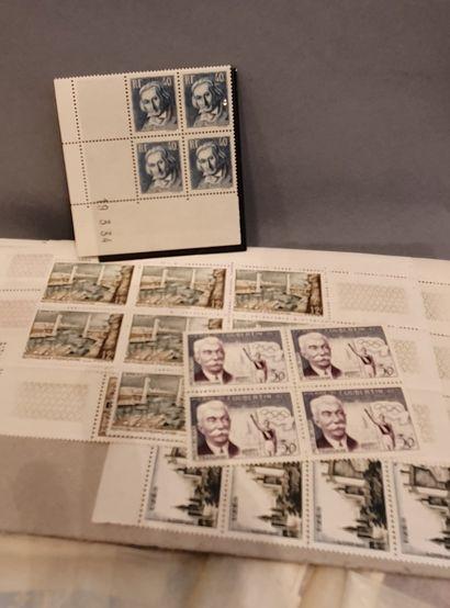 Un classeur cartonné : timbres de France semi-modernes par quantité. Feuilles et...