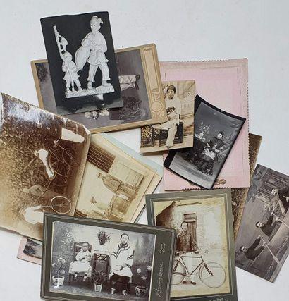Album de cartes postales anciennes affranchies, avec Chine, Japon, Madagascar, Polynésie......