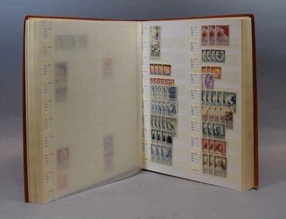 En 5 volumes et deux carnets, timbres divers,...