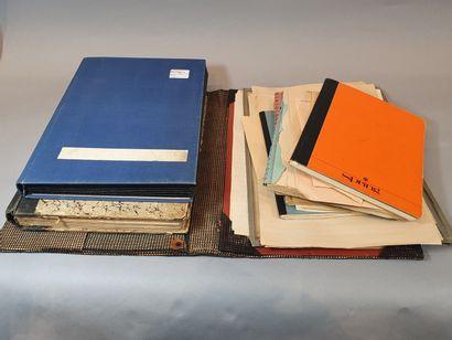 Deux classeurs et un grand dossier. Collection...