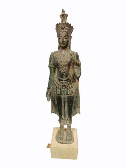 Buddha en bronze représenté debout faisant...