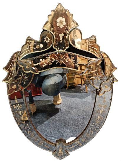 Miroir vénitien de forme écusson à fronton,...
