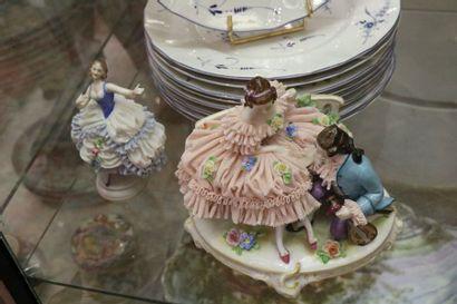DRESDE, ensemble de trois groupes en porcelaine....