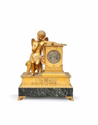 Pendule à l'Amour  en bronze doré reposant...