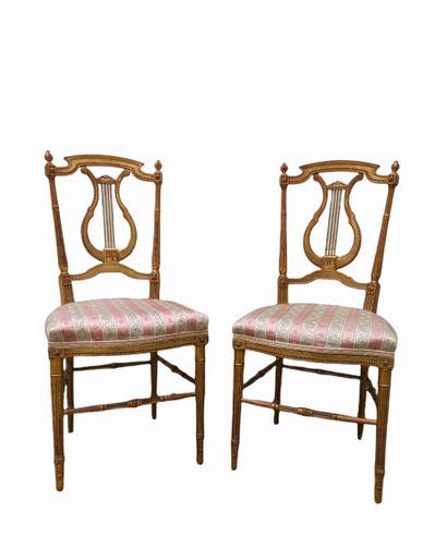 Paire de chaises volantes en bois doré, le...