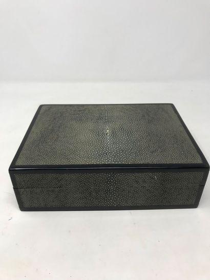 Boîte en bois gainé de galuchat teinté vert...