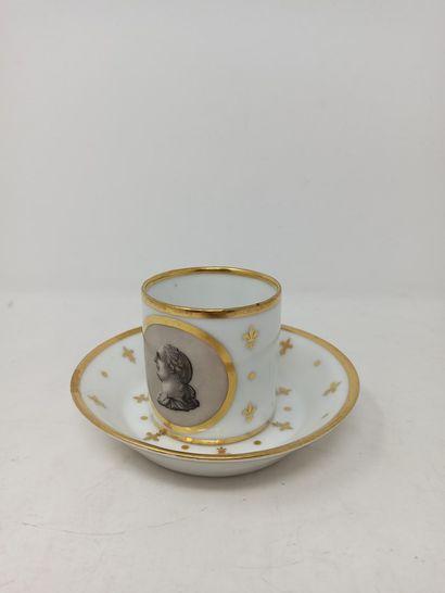CAEN Tasse litron et sa sous-tasse en porcelaine...