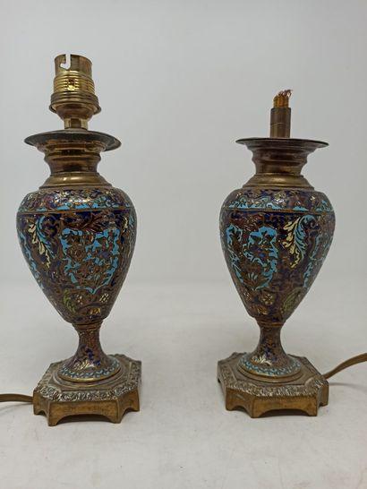 Paire de vases montés en lampe en bronze...