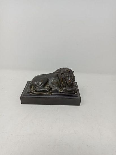 Lion couché, bronze à patine brune. Travail...