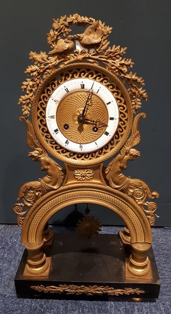 Pendule portique en bronze doré et socle...