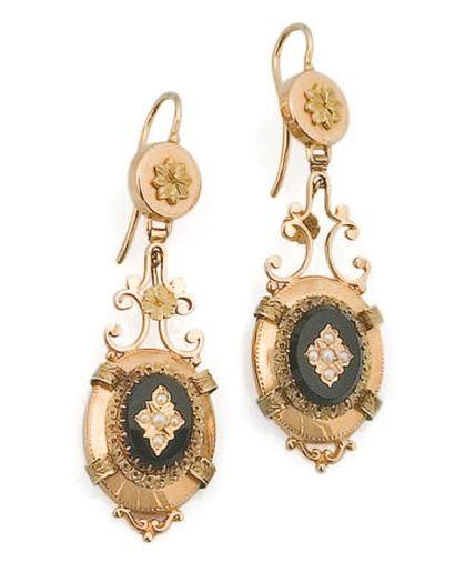 Paire de pendants d'oreilles en or deux tons...