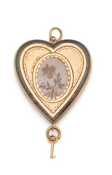 Pendentif en forme de coeur en or jaune renfermant au centre une pensée réalisée...