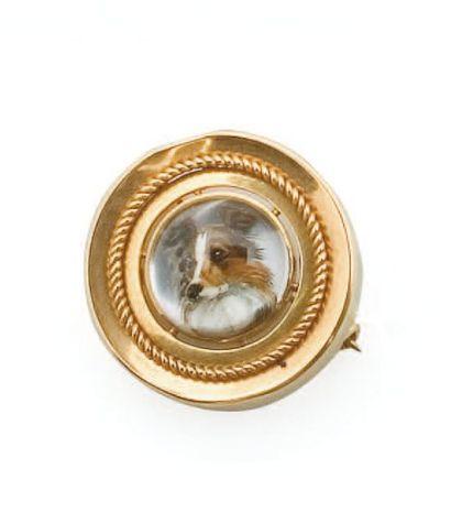 Broche ronde en or jaune ornée d'un chien...
