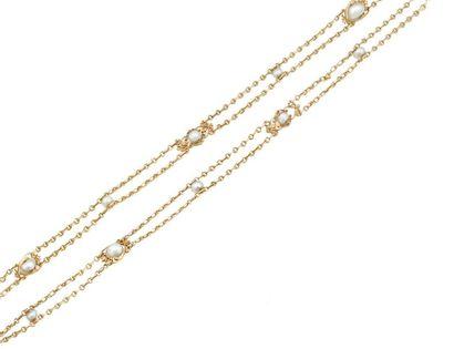 Sautoir en or jaune formé d'une double chaînes...