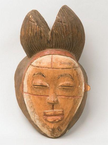 Masque de cérémonie en bois sculpté et partiellement...