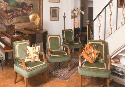 Suite de quatre fauteuils à pieds gaines,...