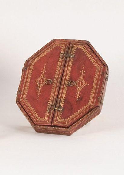 Reliquaire de forme octogonale ouvrant par...