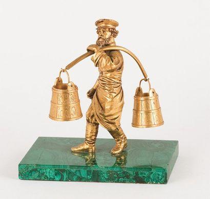 Moujik portant deux seaux à eau Bronze doré....