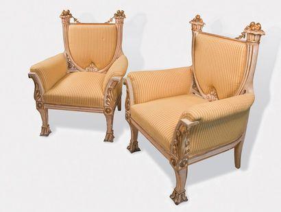 Importante paire de fauteuils en bois sculpté,...