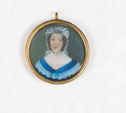 Portrait de femme en buste portant une coiffe et une robe bleue. Miniature ronde...