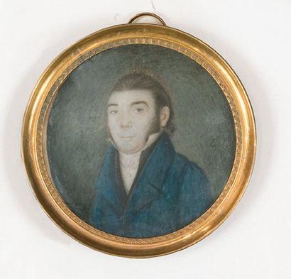 Portrait d'homme en buste en habit bleu. Miniature sur ivoire dans un cadre circulaire...