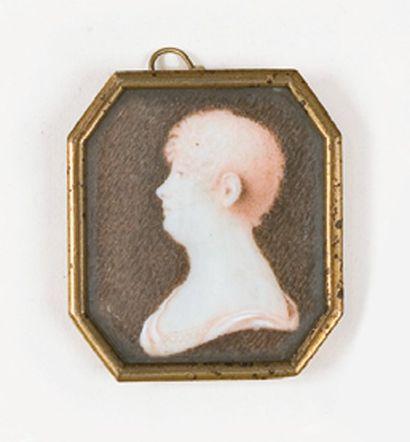 Portrait de femme vue de profil, à l'antique....