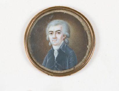Portrait d'homme en buste en habit bleu et portant une perruque poudrée. Miniature...