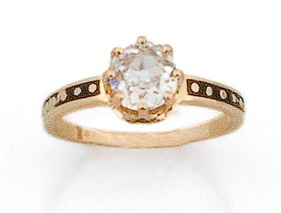 Bague en or jaune sertie d'un diamant taillé...