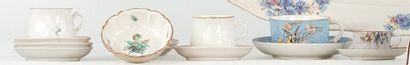 RUSSIE et SELB Lot composé de cinq tasses et leurs soucoupes, porcelaine blanche...