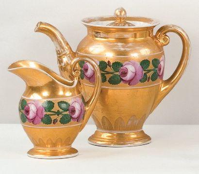 RUSSIE Une théière et son pot à lait en porcelaine,...