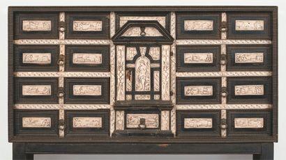 Cabinet en bois noirci et plaques d'ivoire...