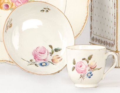 CHANTILLY Une tasse et sa soucoupe, porcelaine tendre, 1771. Décor polychrome de...