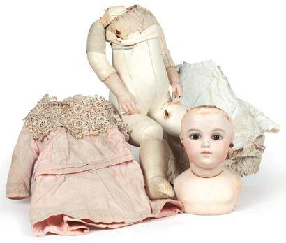 Bébé breveté BRU avec tête et collerette...