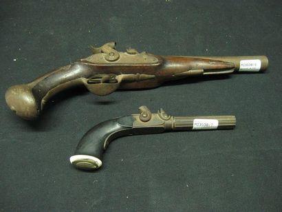 Lot comprenant: - Un pistolet de voyage à...