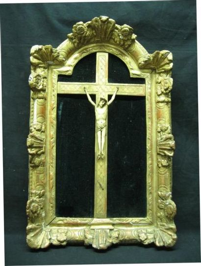 Christ en croix, en ivoire sculpté dans un...