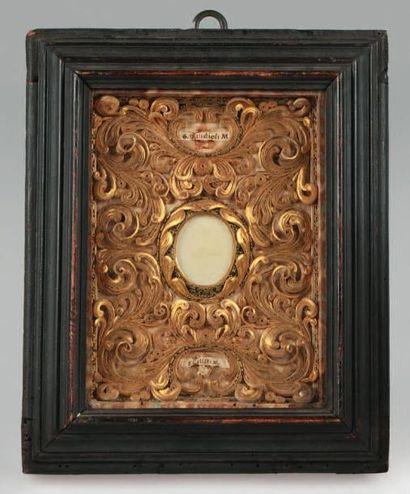Reliquaire constitué de motifs en paperoles...