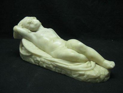 Cupidon endormi en marbre blanc. Il est présenté...
