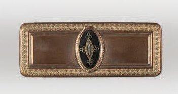Boîte rectangulaire en métal doré bordée...