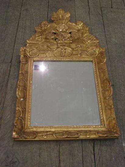 Petit miroir en bois sculpté et doré de forme...