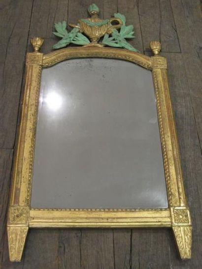 Miroir en bois sculpté et doré de forme rectangulaire...