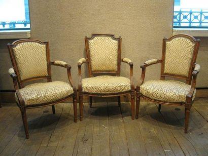 Trois fauteuils cabriolets en bois naturel...