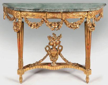Console en bois sculpté et doré reposant...