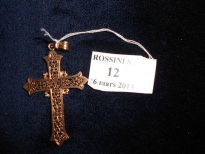 Croix pendentif en or jaune ajourée. XIXe...