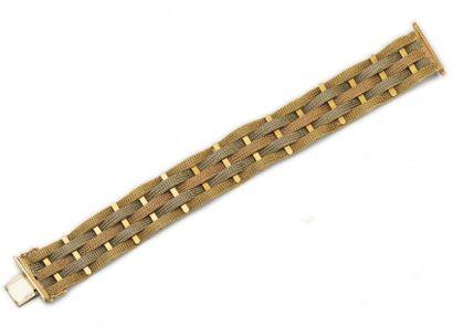 Bracelet ruban en or tressé de trois tons....