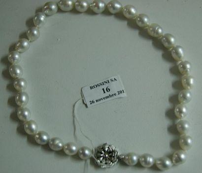 Collier de perles de culture blanches légèrement...