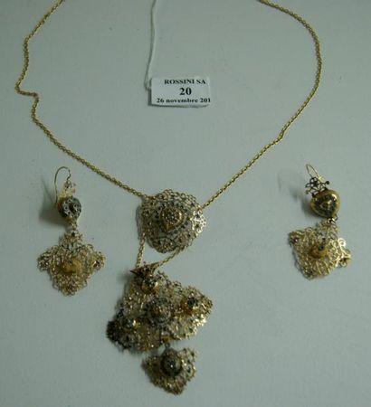 Eléments de croix normande montés en collier...