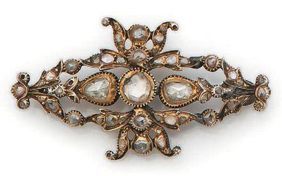 Broche en métal argenté de forme ovale, sertie...